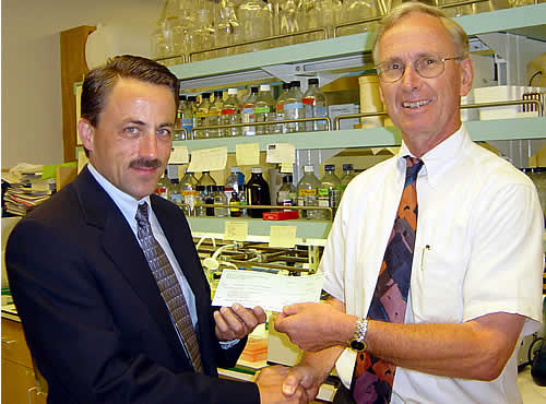 Dr. Immo Scheffler (right) receiving the UMDF grant
